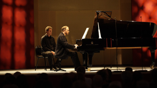 Nicolas Hodges, piano