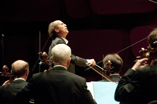 Peter Rundel dirige l'orchestre de la radio de Stuttgart Camille Roux