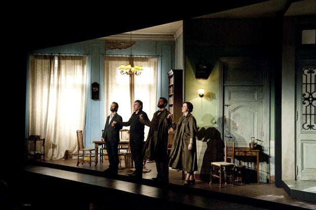 """Vasco Mendoça, Etienne Siebens, Kitty Whately et Edward Grint dans """"The House Taken Over"""" Camille Roux"""